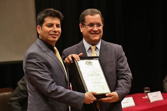 Embajador Luis Iberico Núñez recibe reconocimiento de nuestra institución