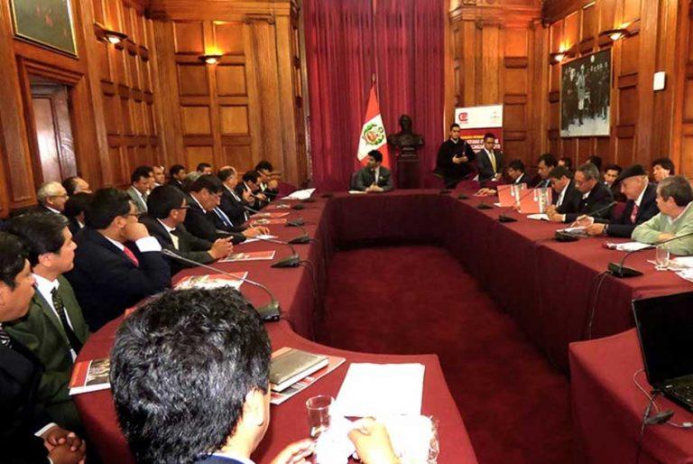 Decanos y autoridades universitarias de Perú y Colombia en mesa de trabajo