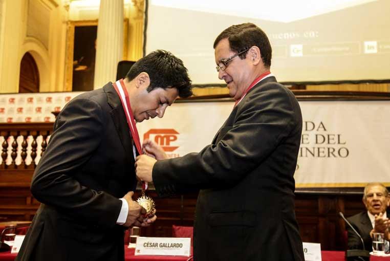 Congreso otorgó Medalla y Diploma de Honor al Ing. César Gallardo Vela