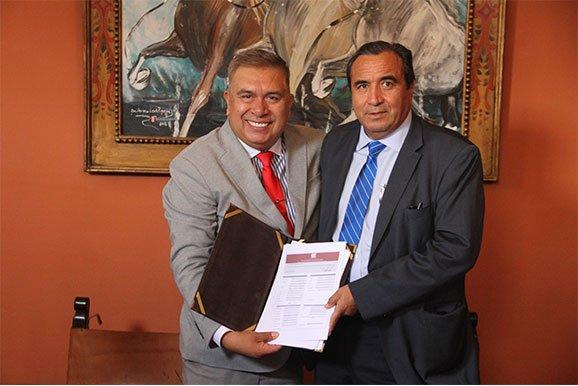 Luis Alva, gerente de la empresa minera San Ignacio de Morococha, en la firma de agremiación a la Cámara Minera del Perú.