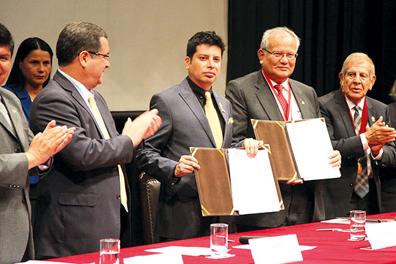 El director ejecutivo de la Cámara Minera del Perú, ingeniero César Gallardo, junto al rector de la Universidad Nacional de Ingeniería, doctor Jorge Alva, en el aniversario de la prestigiosa institución educativa.