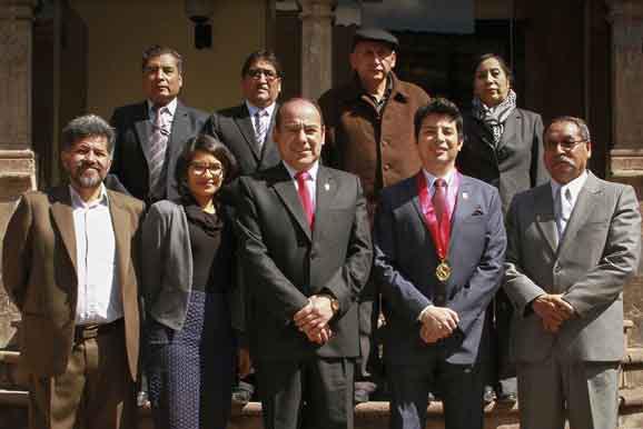 El director ejecutivo de la Cámara Minera del Perú, Ing. César Gallardo Vela, junto al rector de la UNSAAC, Dr. Baltazar Cáceres Huambo, y a los decanos y profesores de las facultades de Ingeniería de Minas, Metalurgia y Geología.