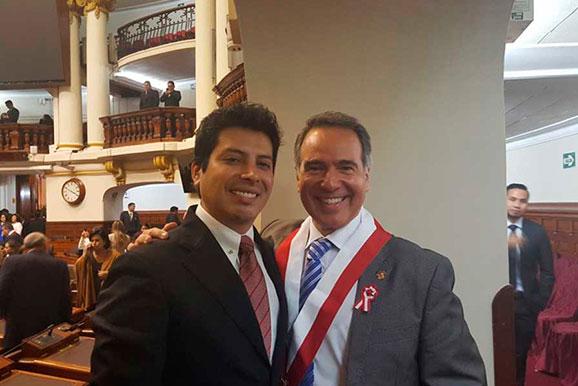 El ingeniero César Gallardo, director ejecutivo de la Cámara Minera del Perú felicita al parlamentario Francesco Petrozzi, por su juramentación como congresista del Perú.
